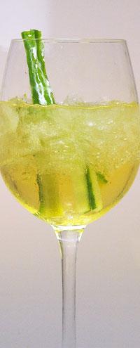 Serviert in einem Weinglas ergibt die Kombination aus Lillet, Weißwein und Soda einen unglaublich frischen und spritzigen Sommerdrink.