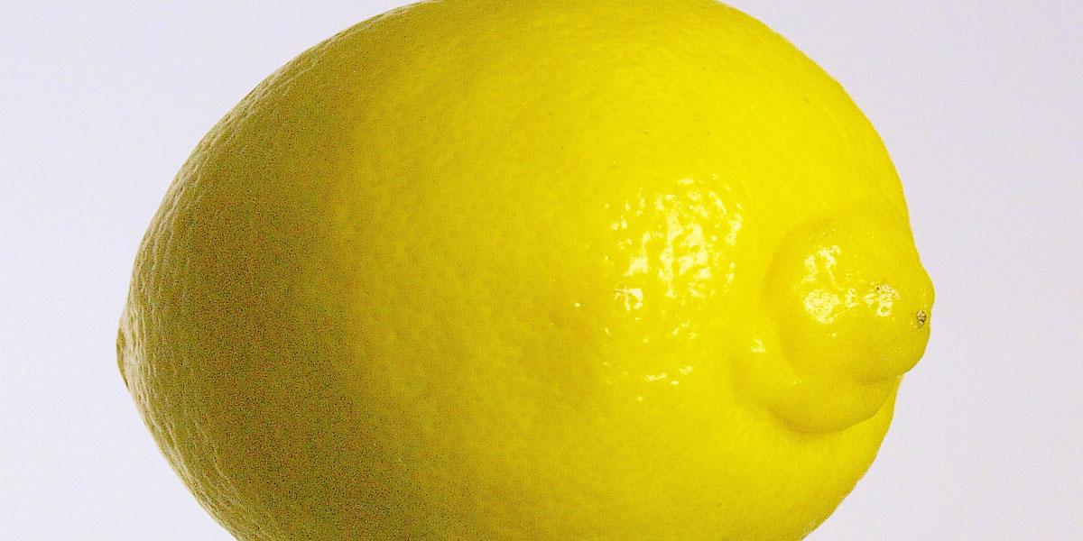 Falls Ihre Zitrone für die Garnitur so aussieht, ist sie bestimmt gespritzt: bitte gut waschen!
