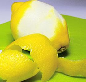 Als Garnitur kann bei dem Bon Homme Richard entweder eine Zitronen- oder Orangenzeste verwendet werden.