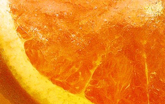 Am Ende werden 4-5 Eiswürfel hinzugefügt und der Lillet Royal mit einer Grapefruitscheibe veredelt.