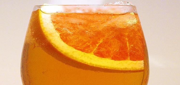 Der blumige Lillet Rosé aus Weißweinreben, Merlot und Waldfrüchten wird mit edlem Champagner Perrier Jouët verfeinert.